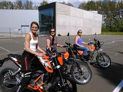vrouwen op motorfiets